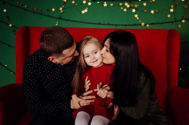 Jovem lindo pai e mãe com bebê Foto gratuita