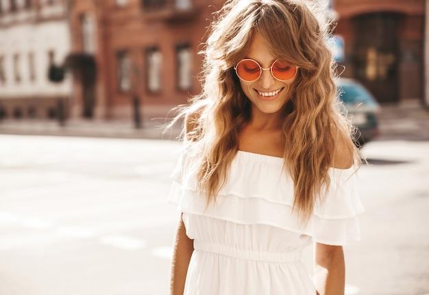 Jovem loira bonita com óculos de sol Foto gratuita