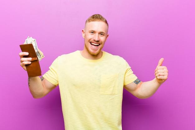 Jovem loira com uma carteira, vestindo camiseta amarela, conceito de dinheiro Foto Premium