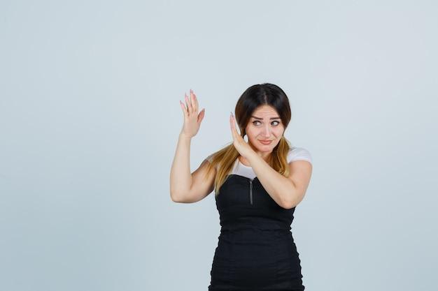 Jovem loira com vestido gesticulando isolada Foto gratuita