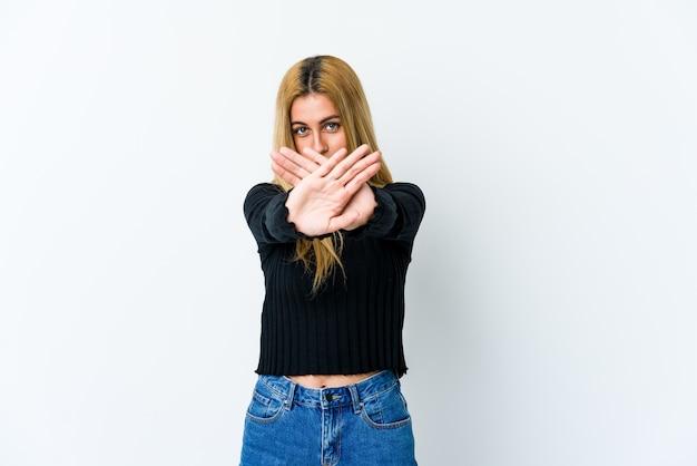 Jovem loira fazendo um gesto de negação Foto Premium