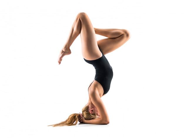Jovem, loiro, mulher, em, maillot, prática, rítmico, ginástica Foto Premium