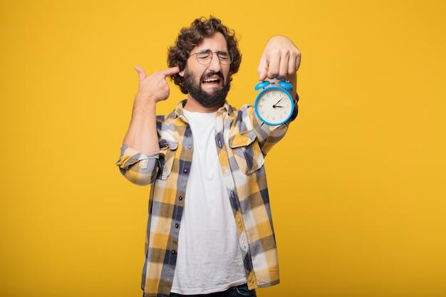 Jovem louca louco idiota pose com um temporizador ou despertador Foto Premium