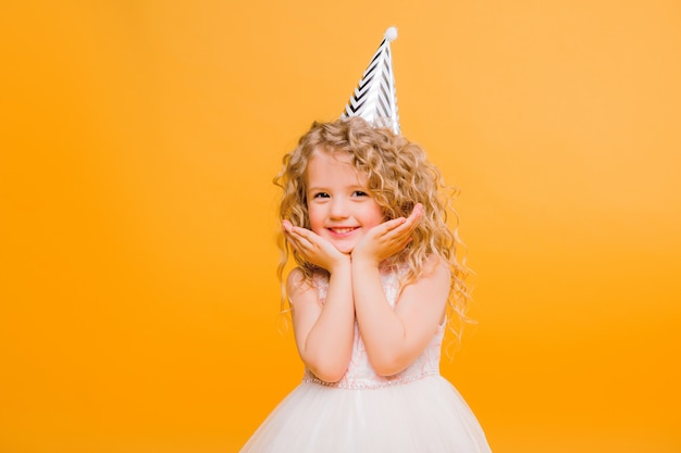 Jovem, loura, menina, em, festa aniversário, princesa, chapéu, mãos, espalhar, cima, gritando Foto Premium