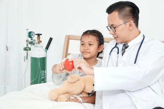 Jovem, macho, doutor, pediatra, menina verificando Foto Premium