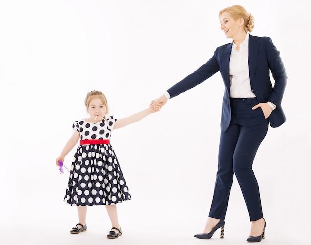 Jovem mãe com filha de mãos dadas Foto Premium