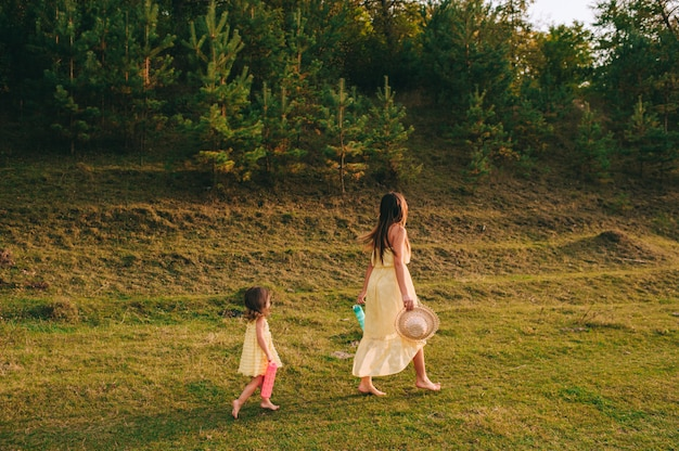 Jovem mãe e filha ao ar livre Foto Premium