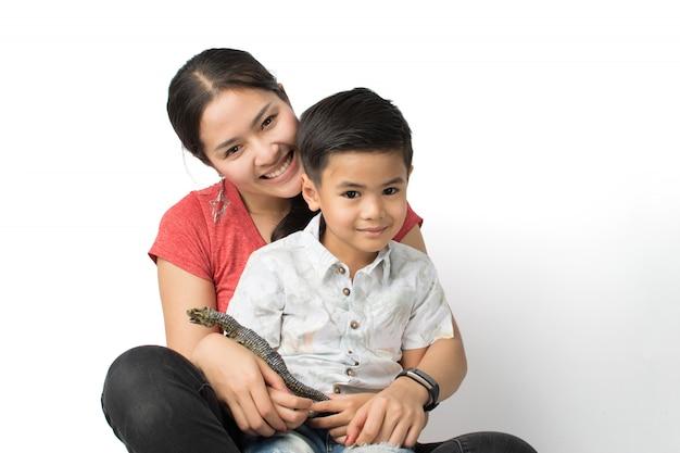 Jovem mãe e um jovem rapaz Foto Premium