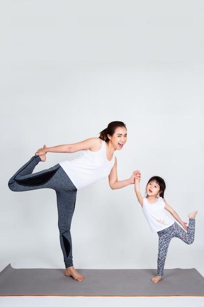 Jovem, mãe, treinamento, adorável, filha, com, ginástico Foto gratuita