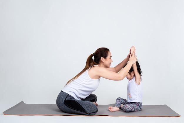 Jovem, mãe, treinamento, encantador, filha, com, ioga Foto gratuita