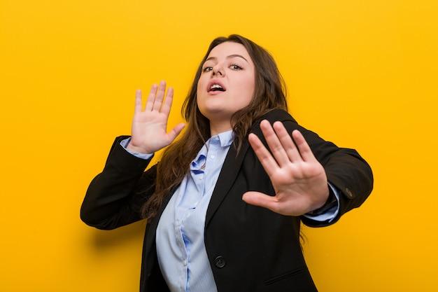 Jovem, mais, tamanho, caucasiano, mulher negócio, sendo, chocado, devido, para, um, iminente, perigo Foto Premium