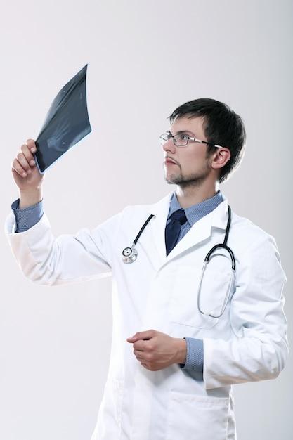 Jovem médico olhando a imagem de raio-x Foto gratuita