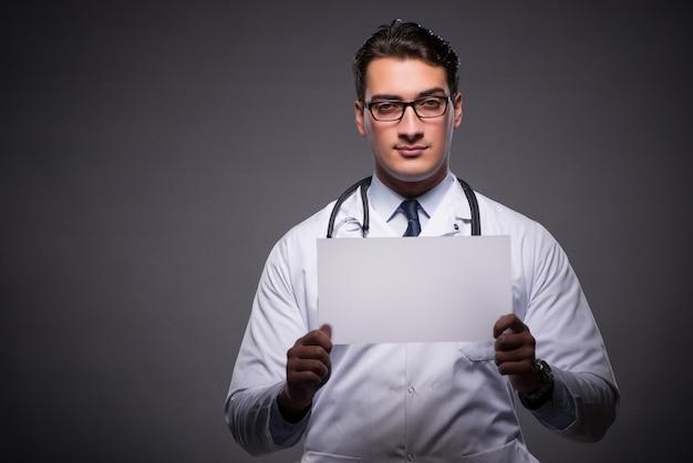 Jovem médico trabalhando no computador tablet Foto Premium