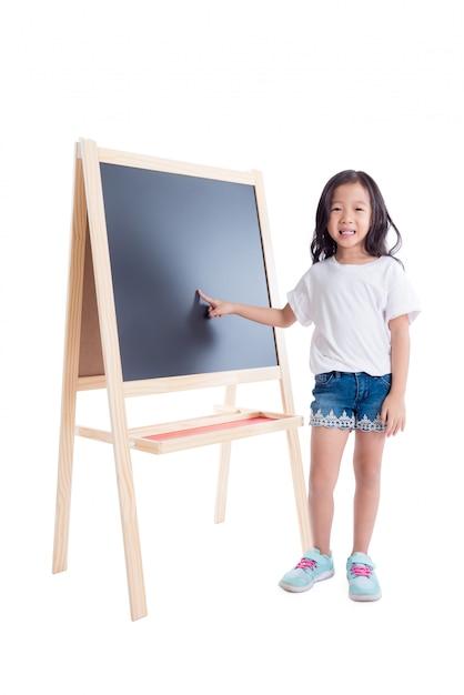 Jovem, menina asiática, ficar, e, ponto, em, quadro-negro, sobre, fundo branco Foto Premium