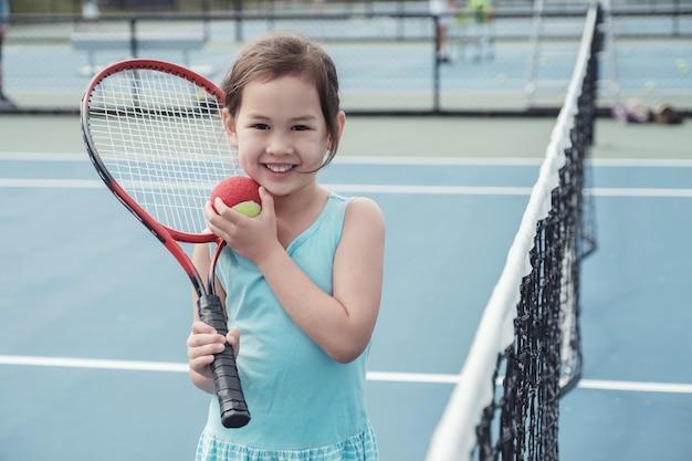 Jovem, menina asiática, jogador tênis, ligado, ao ar livre, azul, corte Foto Premium