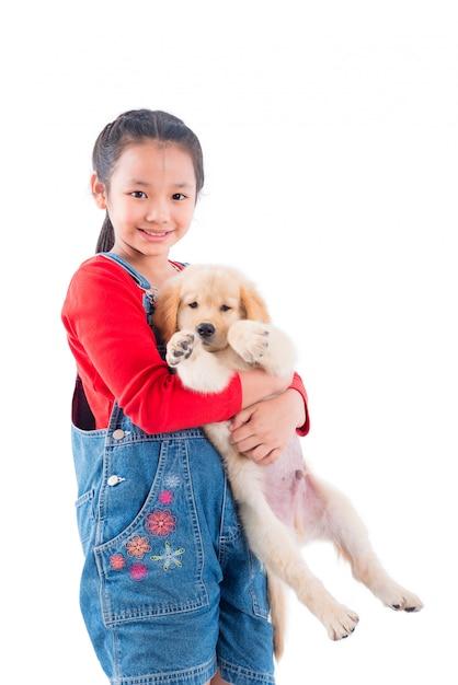 Jovem, menina asiática, segurando, dela, cão, e, sorrisos, sobre, fundo branco Foto Premium