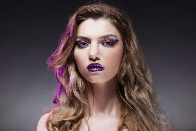 Jovem menina bonita com maquiagem criativa. loira atraente, close-up Foto Premium