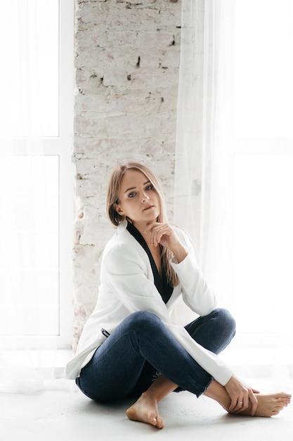 Jovem menina bonita no estúdio, retrato da moda Foto gratuita