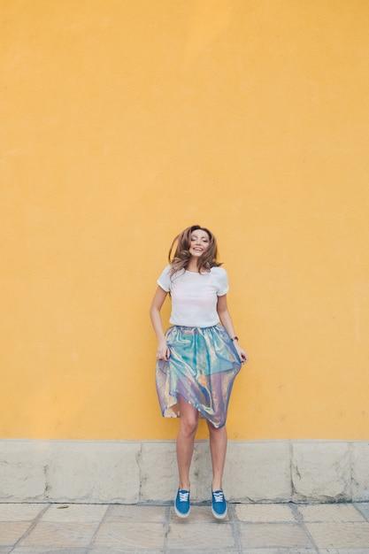 Jovem menina bonita posando na rua Foto gratuita