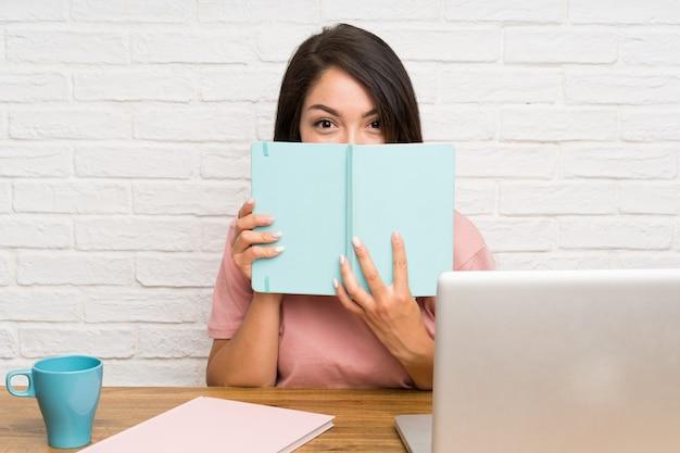 Jovem, mexicano, mulher, com, um, laptop Foto Premium