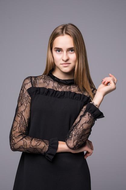 Jovem modelo de vestido moda posando em fundo cinza Foto gratuita