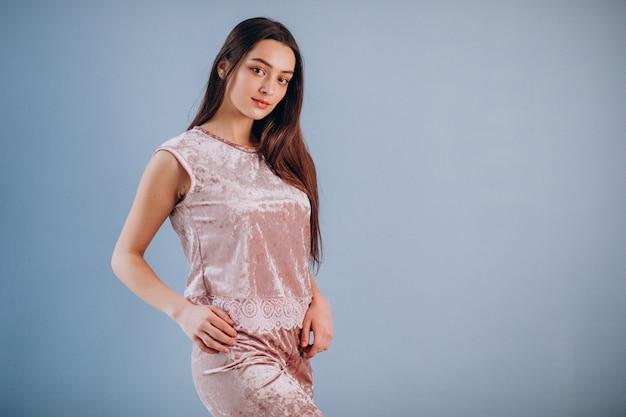Jovem modelo feminino em roupa interior para dormir Foto gratuita