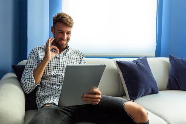 Jovem modelo tendo uma videoconferência Foto gratuita