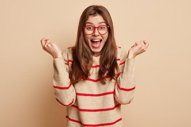 Jovem morena de óculos vermelhos Foto gratuita