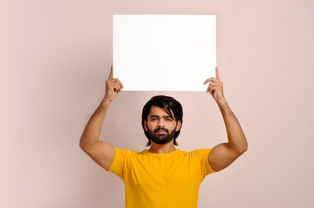 Jovem mostrando um letreiro luminoso em branco Foto Premium