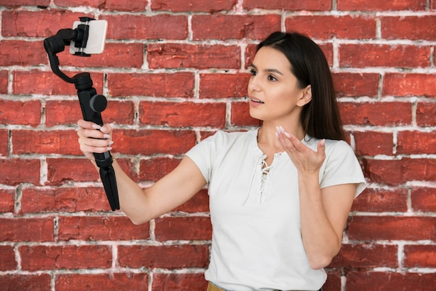 Jovem mulher a gravar um vídeo Foto gratuita
