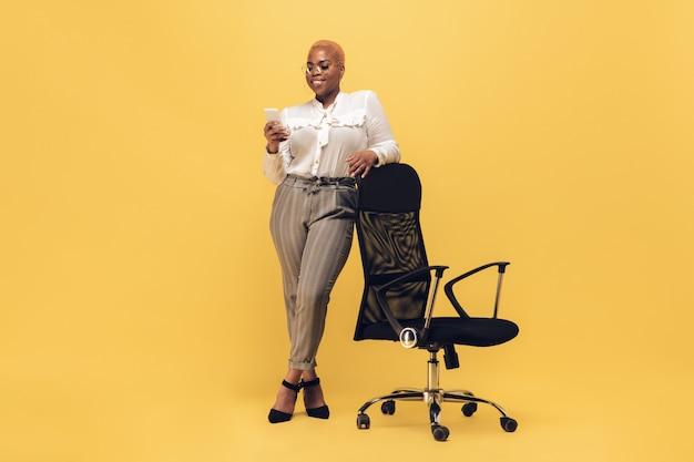 Jovem mulher afro-americana em desgaste ocasional. personagem feminina positiva, além de empresária de tamanho Foto gratuita