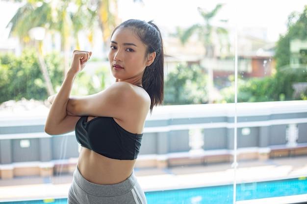 Jovem mulher alongamento e aquecimento para um treinamento Foto gratuita