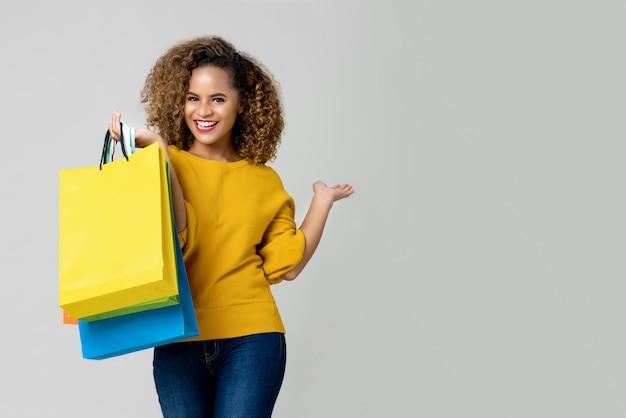 Jovem, mulher americana africana, é, segurando, bolsas para compras Foto Premium