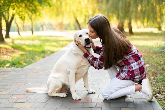 Jovem mulher apaixonada por seu cachorro Foto gratuita