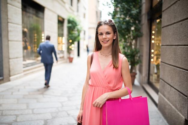 Jovem mulher às compras em uma cidade Foto Premium