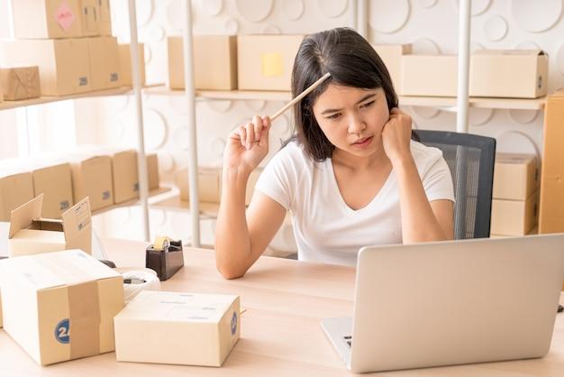 Jovem mulher asiática arranque pequeno empresário trabalhando com tablet digital no local de trabalho. Foto Premium