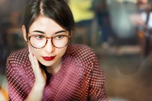 Jovem mulher asiática atirar Foto gratuita