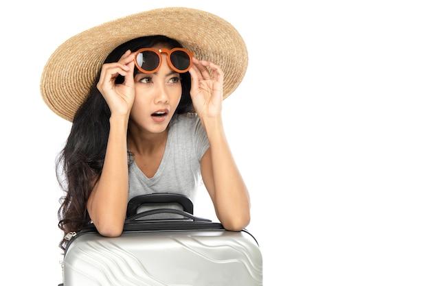 Jovem mulher asiática com chapéu de palha de aba larga e óculos escuros Foto Premium