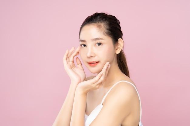 Jovem mulher asiática com pele branca fresca limpa, tocando seu próprio rosto suavemente em pose de beleza Foto Premium