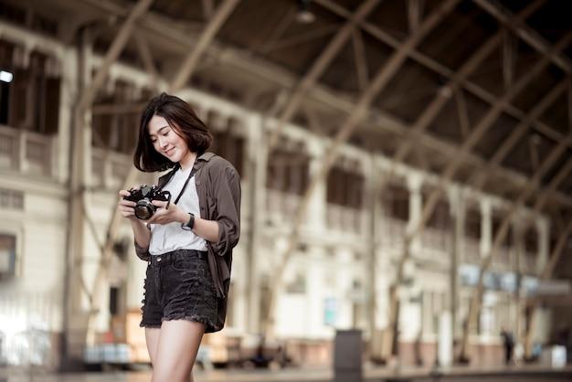 Jovem mulher asiática de viagens está desfrutando com belo lugar em bangkok, tailândia Foto Premium