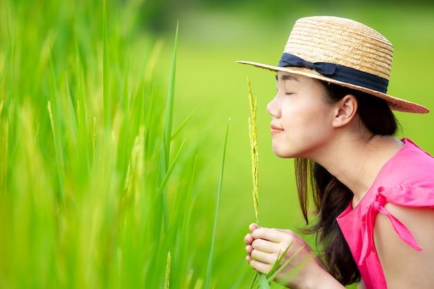 Jovem mulher asiática desfrutando no campo de arroz Foto Premium