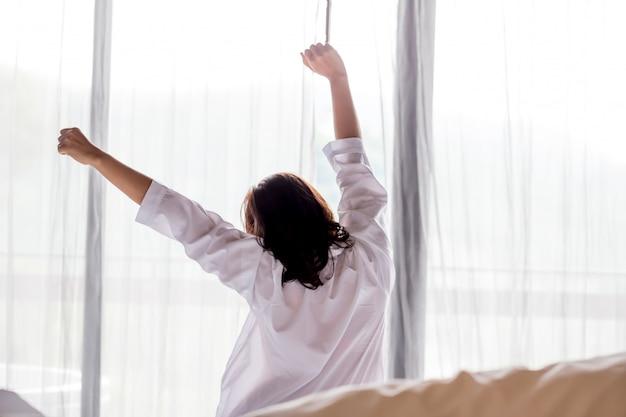 Jovem mulher asiática, estendendo-se pela manhã Foto Premium