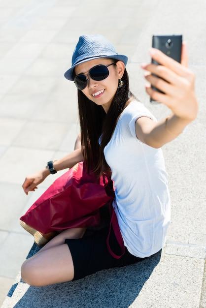 Jovem mulher asiática fazendo fotos de selfie Foto Premium