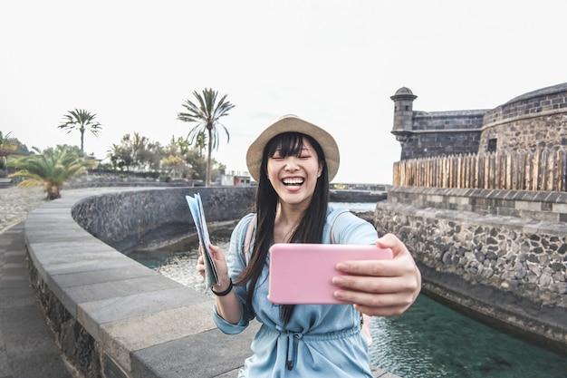 Jovem mulher asiática fazendo vídeo para vlog com câmera do smartphone Foto Premium