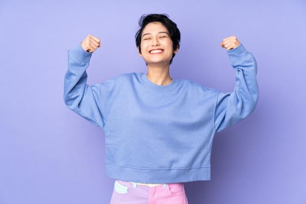 Jovem mulher asiática sobre fundo isolado Foto Premium