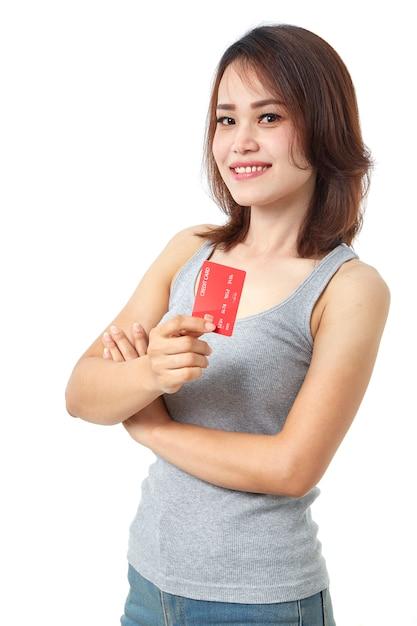 Jovem mulher asiática sorridente apresentando cartão de crédito Foto Premium