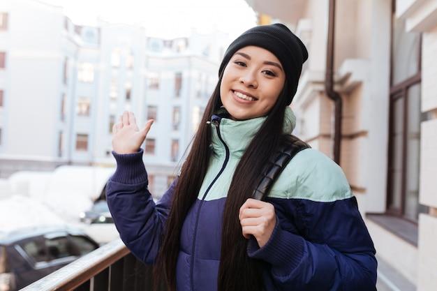 Jovem mulher asiática sorridente em roupas quentes Foto Premium