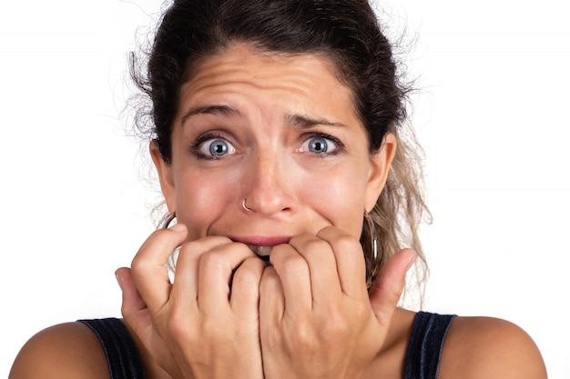 Jovem mulher assustada, com medo e ansiosa. Foto gratuita