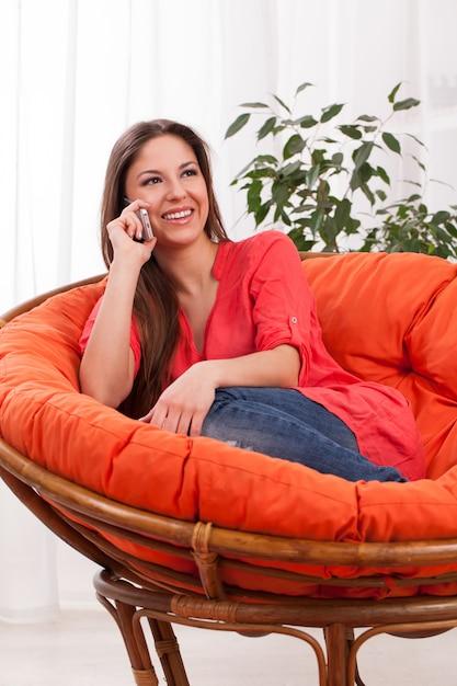 Jovem mulher atraente telefonando Foto gratuita