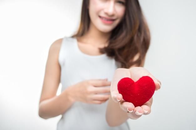 Jovem mulher atrativa bonito com coração vermelho. dia dos namorados retrato de arte. Foto Premium